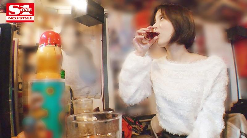 酔わせたら9割9分ヤレる女 ~酒入ると下半身ゆるゆるパンチラしっぱなしオンナと朝までSEX~ 葵つかさ 2
