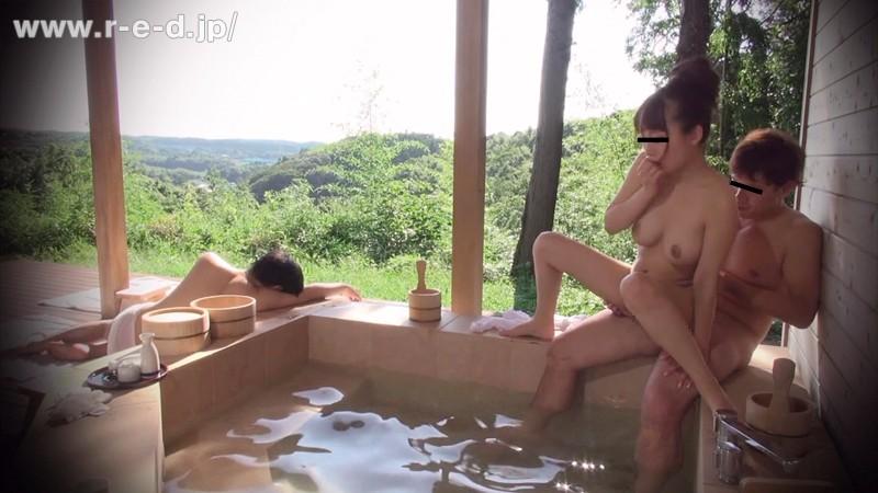 【素人】 山梨県・混浴露天風呂 露天風呂カップルの彼氏を眠らせデカチン18cmを彼女にみせつけたらヤレた!「観光ですか?いい湯ですよね よかったら地酒でもどうぞ」 キャプチャー画像 9枚目