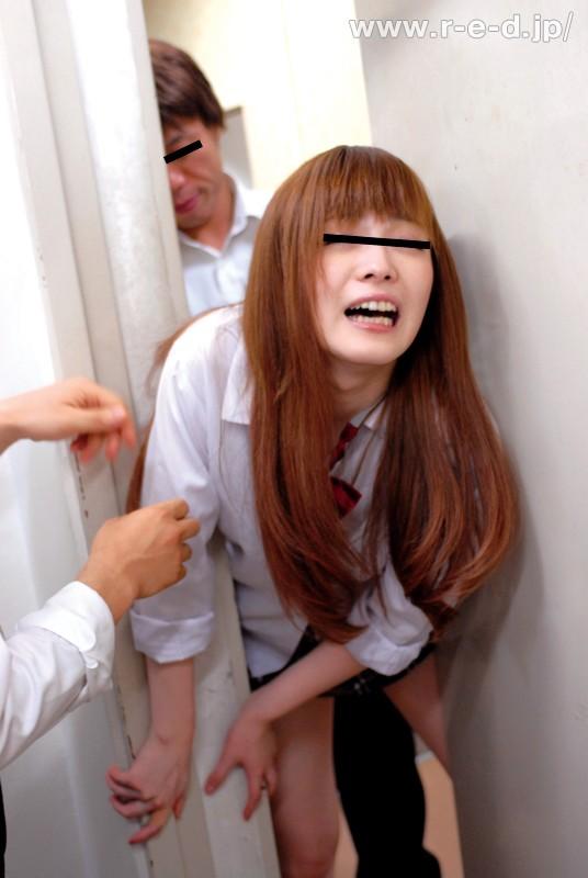【強姦】 恐怖!学校内の防火扉が突然閉まる?!防火扉に挟まれて身動きがとれない女子校生は抵抗するも同級生男子たちにバックで突かれて中出しされた!「挟まれた!えっ!何?誰?後ろから触ってるの!イやぁぁやめてぇぇ」 キャプチャー画像 9枚目