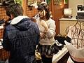 吉祥●の人気クツ屋で働く隠れ巨乳の激カワ店員まみちゃん(仮)18歳 前かがみでロケットHカップ丸見えのゆるゆる神接客!! ほんわか性格の優しい娘だったので押し押し交渉で断り切れずまさかのAVデビュー!!