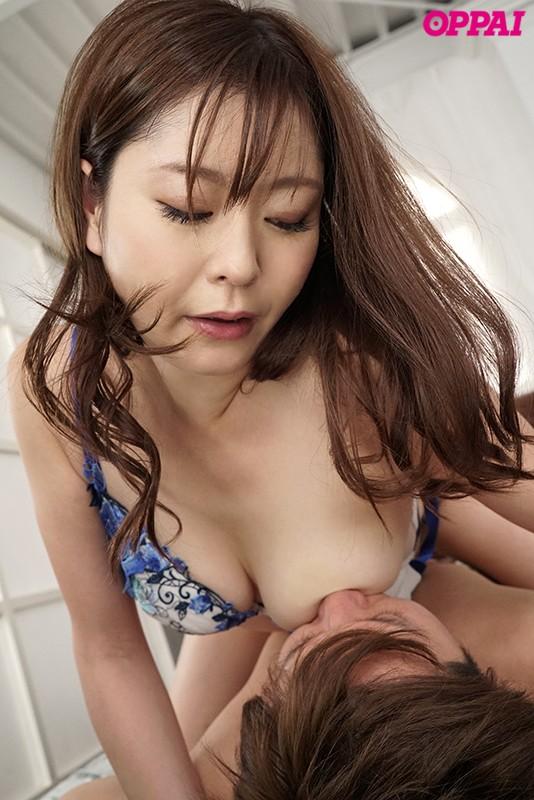葵百合香のおっぱい乳首を舐める