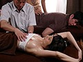 カップル育乳エステNTR Jカップを揉まれて感じる彼女の姿を横目で見ながら女性エステティシャンにチ○ポをしごかれる寝取られ状況 JULIA
