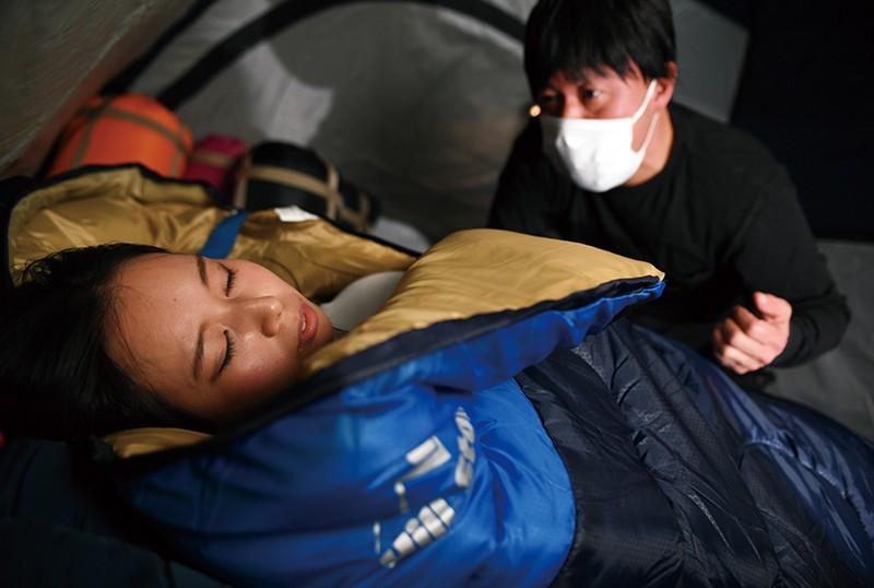 無防備な女性ソロテント泊! 寝袋拘束レイプ むき出しの乳房と下半身!