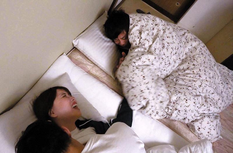 彼氏の目の前で犯●れる… 修学旅行見廻り先生 「寝てるはずだから起きるわけないよなぁ!」