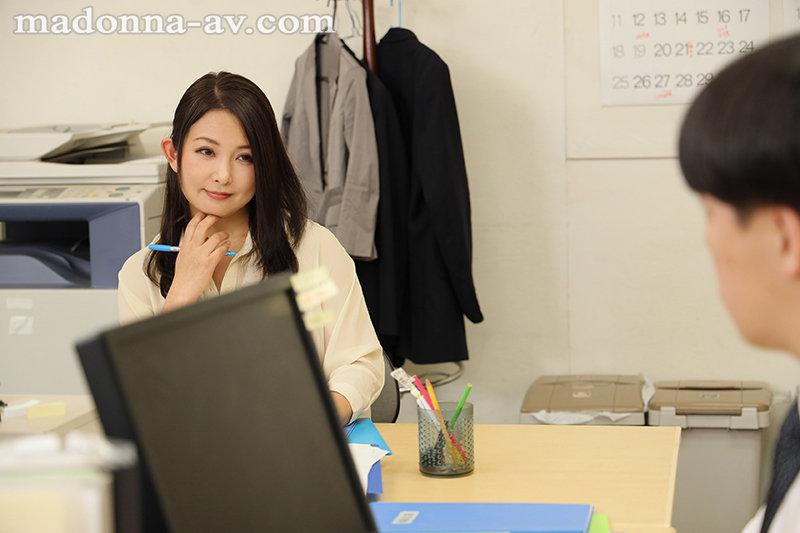 ワンランク上の存在感―。美熟女の象徴・一色桃子が、モンローへと電撃移籍!! オフィスでも、在宅勤務でも、僕はリモート会議中、女上司に痴女られ続けて―。 画像1