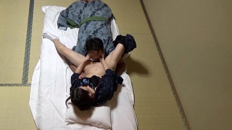 美人と評判の仲居さんがいる旅館に行って仲居さんを強引に口説いてハメ倒した盗撮映像10 画像1