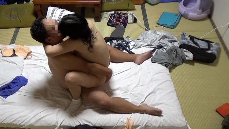 美人と評判の仲居さんがいる旅館に行って仲居さんを強引に口説いてハメ倒した盗撮映像10 画像9