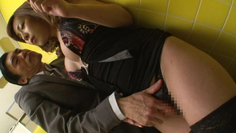 痴●好き仲間の間で噂が立つほど高確率でニューハーフ美女をゲットできる痴●専用公衆トイレ!!4 画像1