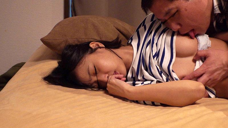 「本当に特別だからね…」1日だけ添い寝することを許された親友。ただ誰かに甘えたかっただけなのに隣で寝ているオンナの匂い、温もり、感触にやられ、気付けばそのカラダを弄りまくっていた。 3