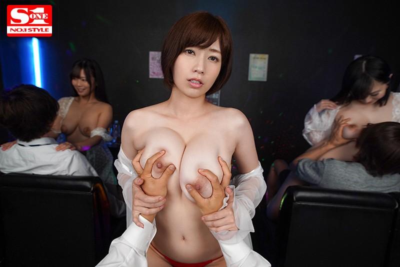 奥田咲の大きなおっぱいを揉む