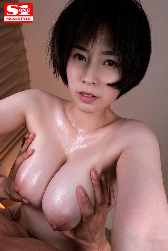 奥田咲が密着しておっぱいを揉む