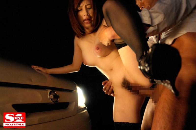 【変態】野外にて、ボインの人妻奥様、奥田咲の露出バック痴漢無料エロ動画。【ぶっかけ動画】
