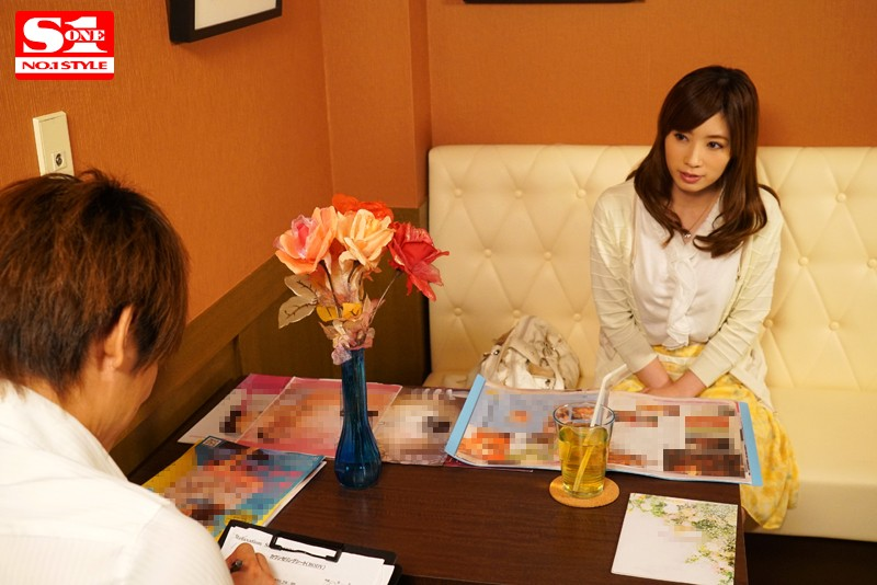 巨乳人妻が旦那に内緒でハマった快楽オイルマッサージ 奥田咲 サンプル画像 2