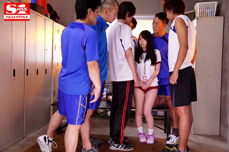 大柄なバレー部員達の性処理マネージャーは小柄で隠れ巨乳のいいなり娘。 あいか 149cm 2枚目