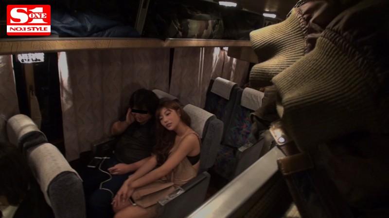【痴女】 夜行バスに派遣された明日花キララが声の出せない状況でガチ素人さんを誘惑して、無音スローピストンSEXまでしちゃいました。 キャプチャー画像 5枚目