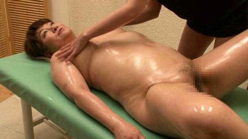 Man feels woman's boobs