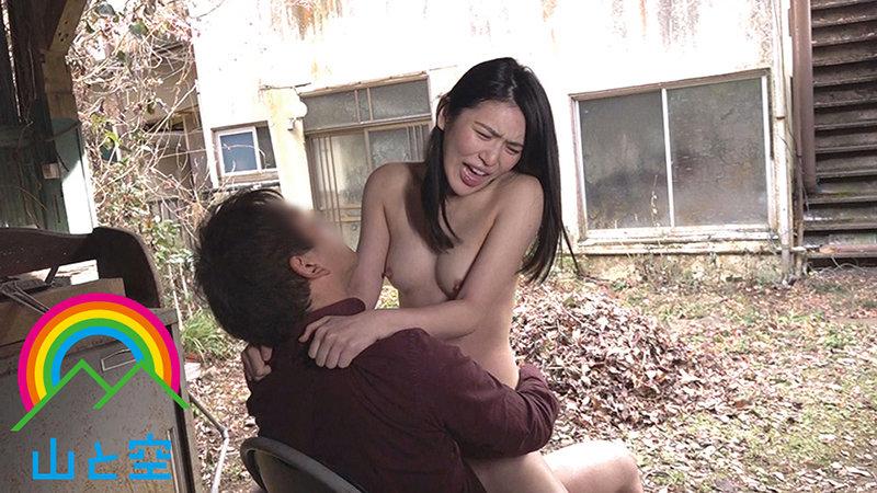 「誰かいやらしい目で私を見て…」野外露出でストレス発散する美人OLが通りすがりの覗き男に視姦され、ドM興奮。自ら羞恥調教を志願 塩見彩