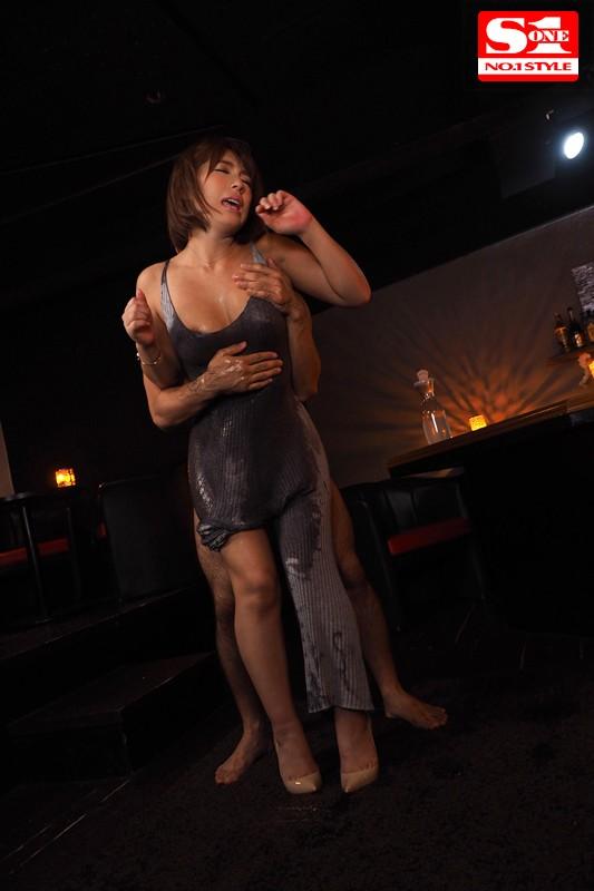 '胸や股間にぴったり密着'浮き出たボディラインで無意識に誘惑してくるマキシワンピお姉さま 星野ナミ キャプチャー画像 2枚目