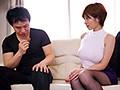 透け乳首で隣人を勃起させ笑みを浮かべるヤリたがり巨乳妻 奥田咲