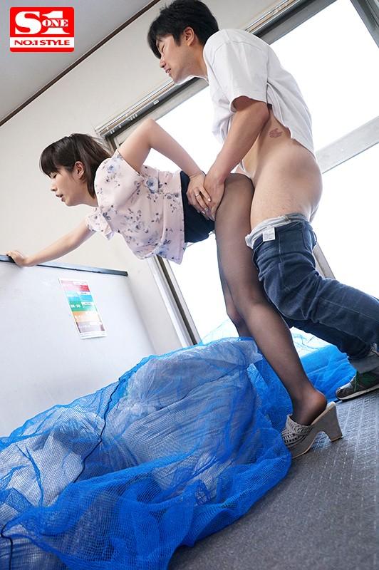 毎日、朝のゴミ出し時間にすれ違う浮きブラ奥さんをその場で即ハメ 奥田咲 の画像1