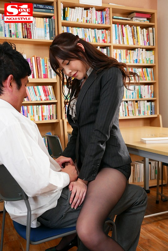 新任なのに常にパンスト挑発してくる小悪魔な美脚女教師 橋本ありな 画像4