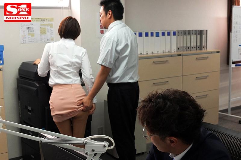 ボクを助けてくれた人事部の葵さんが犯されているのを見て鬱勃起。 葵つかさ の画像2