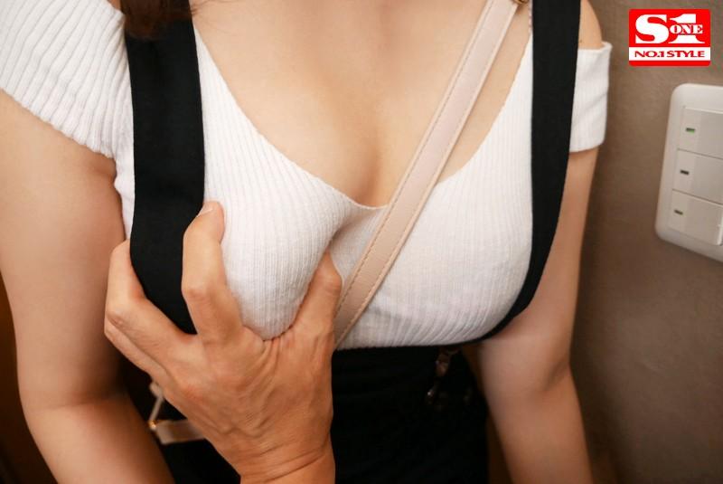 日常に膨らむ着衣おっぱいのたわわな誘惑 真白真緒 10枚目