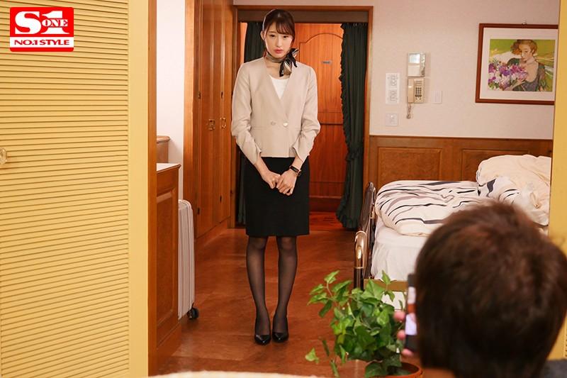 女性のための動画「アソコにバイブを入れられ立っているのがやっとの状態でホテルの接客を支持され、廊下でゆっくりと挿入されてしまう女の子。」のサムネイル画像