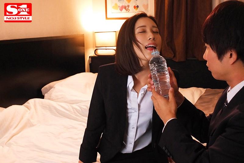 美人上司と絶倫の部下が出張先の相部屋ホテルで…酔っ払って身を任せたら勘違いした部下が6発射精の絶倫性交 小島みなみ