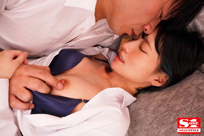 新入女子社員と絶倫上司が出張先の相部屋ホテルで…朝から晩までひたすら不倫セックスに明け暮れた一夜 伊賀まこ キャプチャー画像 3枚目