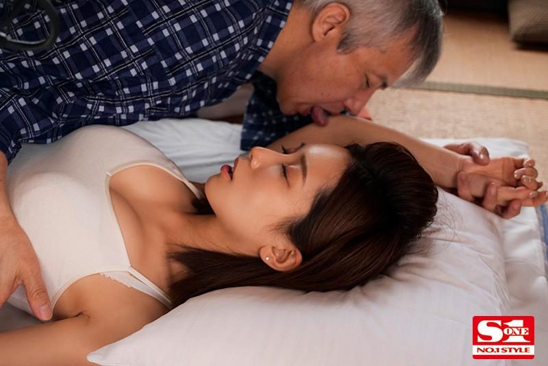 義父の濃厚な舌技で舐め堕ちした美人妻 小島みなみ 2枚目