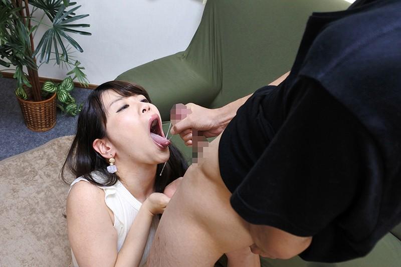 奥さんの淫らなお口 センズリ鑑賞をお願いしたら瞳を潤ませてチ〇ポをしゃぶりだすフェラチオ婦人たち 画像4
