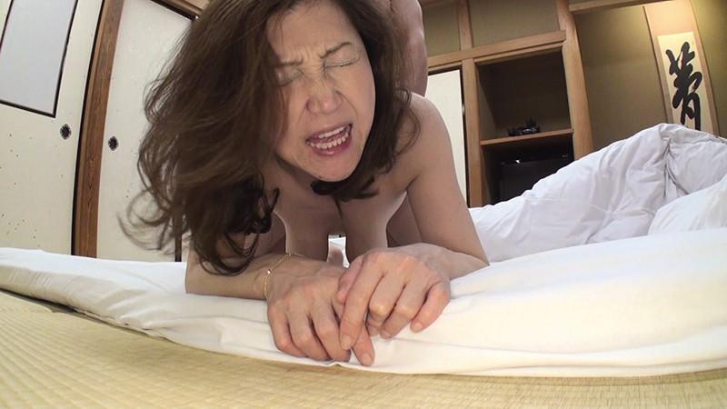 ぱっくりマ○コに生中出し! 生挿入で突きまくる!だってそのほうが気持ちいいから! ノーパンパンスト主婦まりこ(45) 新山まり子 パッケージ