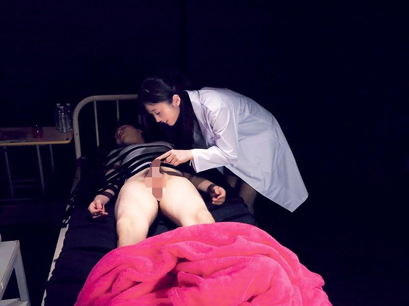 【お得】夢精実験の失敗者へひびきちゃんからの特別サービス。寝ている実験体の金玉をパクリ、驚いて目覚める男。我慢汁溢れるチ○ポをフェラ。乳首責めから、パンツ越しにマ○コを顔面に擦り付けパンツを脱いで顔面騎乗。69でのフェラからの手コキで大量射精! 大槻ひびき 1枚目