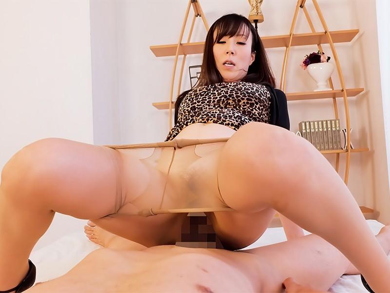 【お得】熟女女優レイコさんのフェチセックス。着衣のまま、ノーパンパンスト下げて騎乗位合体。自ら腰を振りまくってイクと、今度は互いに腰を振り連続イキ。バックで巨尻をガンガン突かれ、正常位でも硬いチ○ポでガンガン突かれ、パンストにザーメン発射 澤村レイコ