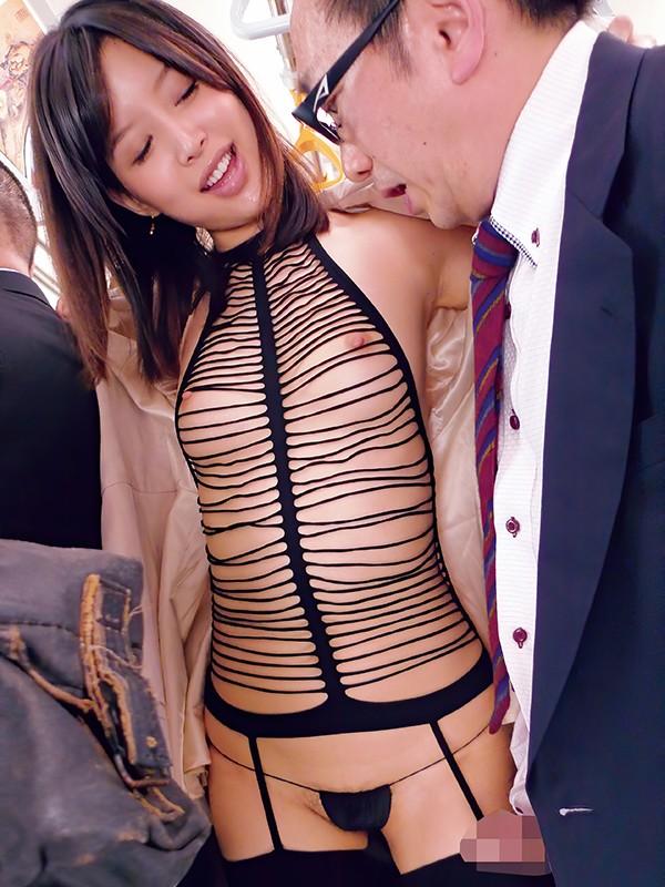 【ソクヌキ】電車に痴女つかさ出没!他の乗客に内緒で標的の客を責める。コートの前開けたら、ほとんど裸のセクシー衣装。乳首ペロペロ、キスでレロレロ。手コキでシコシコ、フェラでジュボジュボ。これは気持ちイイ、つかさちゃんのお口にザーメン発射 葵つかさ 1枚目