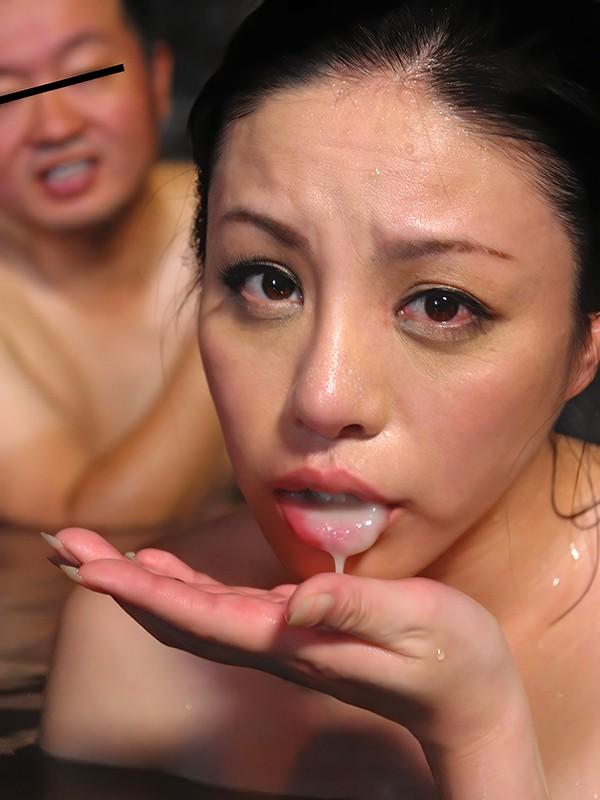 人妻が混浴露天風呂で不倫セックス!2本のチ○ポを交互に濃厚フェラ。両手で手コキ&3本目をフェラ。1人目はフェラ抜き、2人目チ○ポは3P立ちバックで尻にぶっかけ、3人目は、キス&クンニから座位で合体。皆の前で立ちバックからのフェラで口内発射! 愛澄玲花 画像5