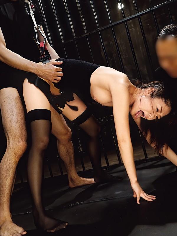 生意気なモデルを監禁しておしおきセックス!腰を固定され浮いてるマ○コにチ○ポを挿れる。嫌がる彼女を無視してバンバン腰振り。何度もイカセて脚はガクガク、理性崩壊寸前。立っていても倒れ込んでも容赦なくチ○ポぶち込みピストン。最後も無許可中出し 川上奈々美2