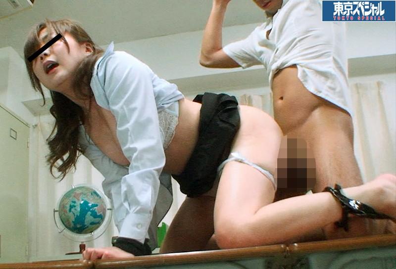 東京スペシャル 少年の逆襲 固定バイブ!教室の机上に四つんばいで固定されたスパルタ女教師を陵辱悪戯の挙句に少年は生チ○ポを挿入して中出し! キャプチャー画像 2枚目