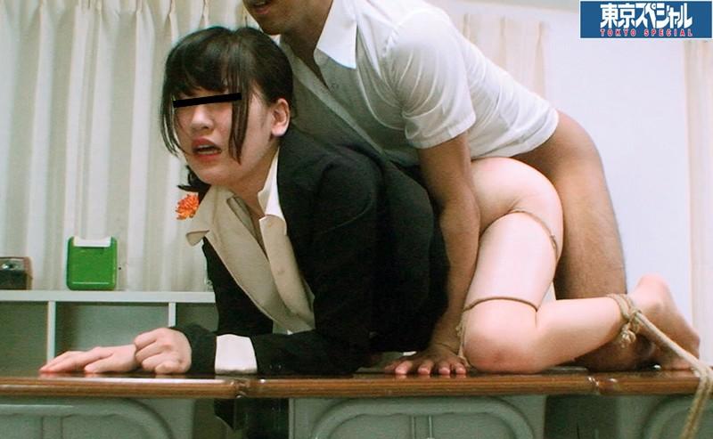 東京スペシャル 少年の逆襲 固定バイブ!教室の机上に四つんばいで固定されたスパルタ女教師を陵辱悪戯の挙句に少年は生チ○ポを挿入して中出し! キャプチャー画像 5枚目