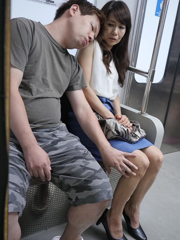 『え、こんな私のカラダで興奮するの?』女を忘れかけ無警戒に乗り込んだ電車内で若い青年に熟れた胸や尻を弄られたおばさんは感じまいと必死に抵抗するが、性感帯を刺激された瞬間スイッチが入ってしまった作品集 219