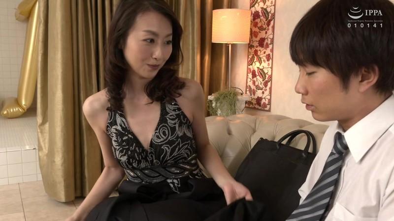超高級中出し専門熟女ソープでこっそり働く嫁の母「家族のみんなには内緒にしてね…」 青木玲