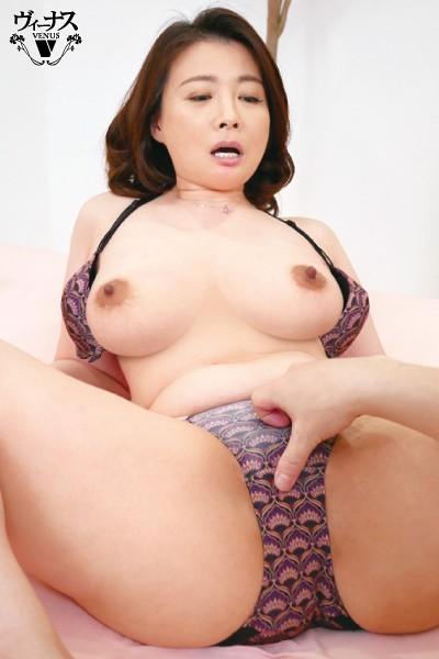 フロントホックブラと小さいパンティーで童貞の僕を挑発するとなりの奥さん 佐倉由美子 8枚目