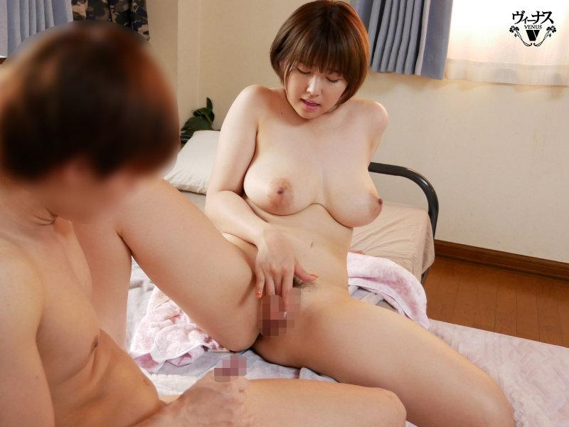 バイト先で働く美しい人妻を家に連れ込み中出しセックス 松本菜奈実