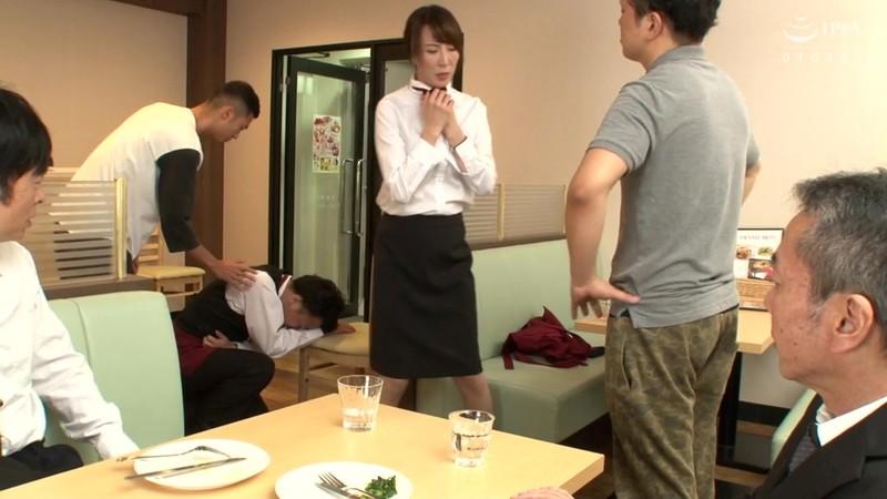 アルバイトの僕を助けてくれたパートのおばさんが無理矢理中出しされているのを見てフル勃起 澤村レイコ