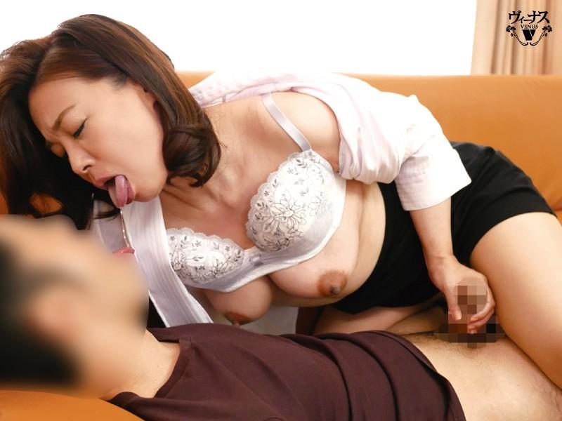 担任の私と男子生徒が涎を垂れ流し何度も夢中で舌を絡めるご両親不在のベロチュウ家庭訪問 佐倉由美子