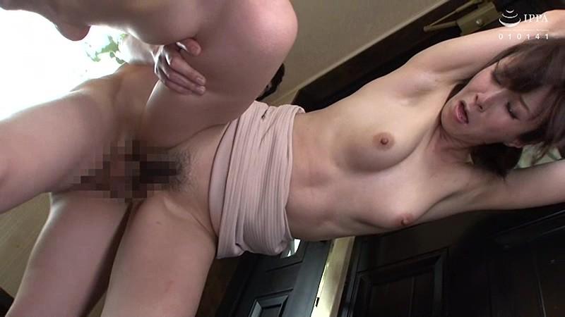 父が出かけて2秒でセックスする母と息子 澤村レイコ キャプチャー画像 5枚目