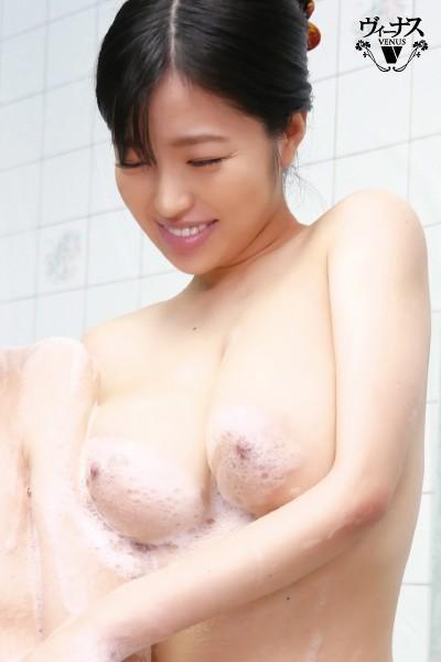 「おっぱい乗ってますけど…」超タイプの巨乳義母と入浴セックス 椿りか 2枚目