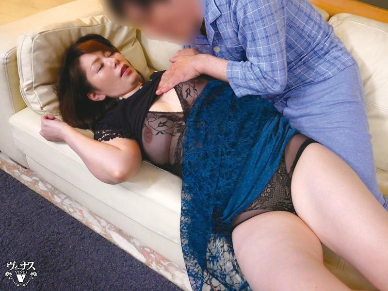 近ごろ豊満な熟女体型を気にしはじめた嫁の母が恥じらう姿に僕は勃起してしまった 翔田千里 画像2