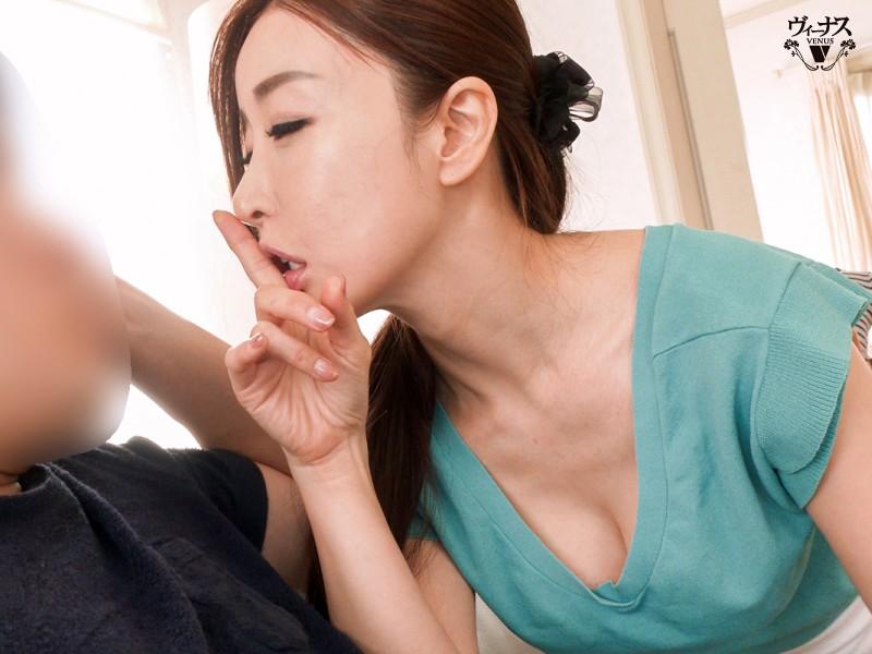 ささやき密着で父親にバレないように息子を秘かに誘惑する母親 中野七緒 画像2